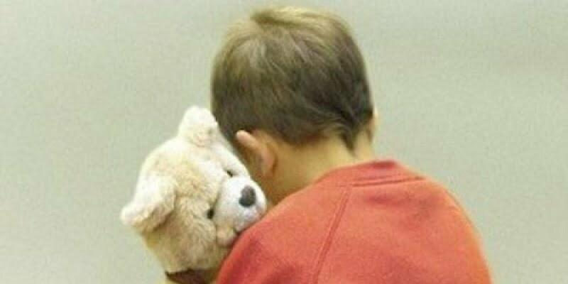 Famosa coppia dello spettacolo adotta un bimbo autistico, girano video e lo ridanno in adozione